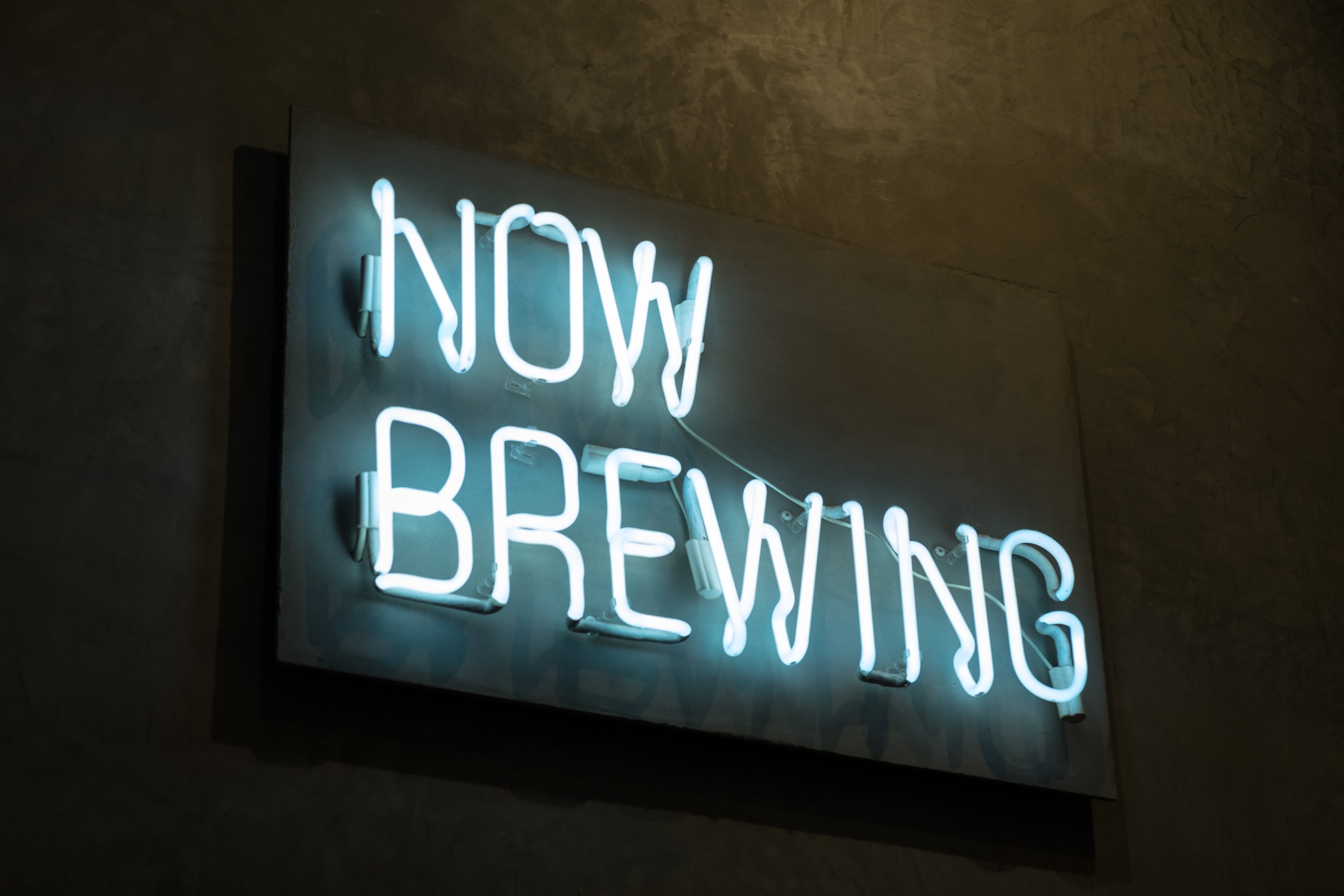 neon sign now brewing
